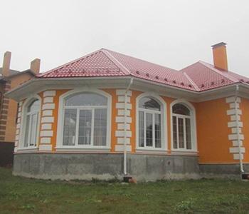 Арочные и прямоугольные окна белого цвета с внутренним переплетом для дома в Раменском районе